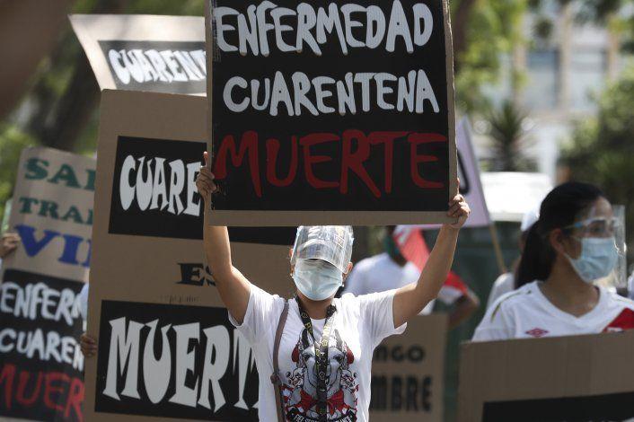 Peruanos salen en masa tras finalizar cuarentena de un mes
