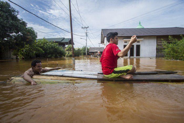 Miles de evacuados en Indonesia por inundaciones