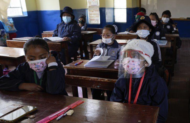 Estudiantes regresan de a poco a las aulas en Bolivia
