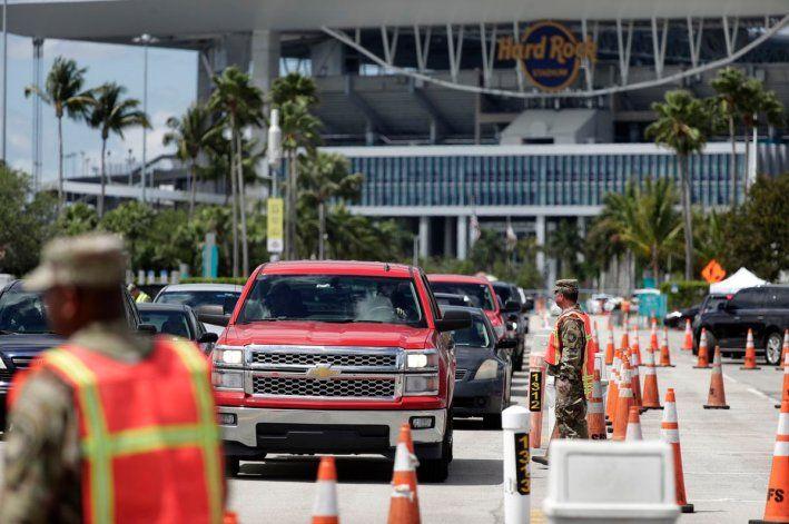 Cientos de residentes del sur de la Florida hacen largas filas para someterse a la prueba del coronavirus de cara a las vacaciones
