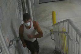 policia busca a hombre que robo articulos de auto patrullero de la ciudad de miami