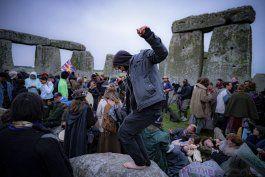 pese a exhorto, se aglomeran en stonehenge para solsticio