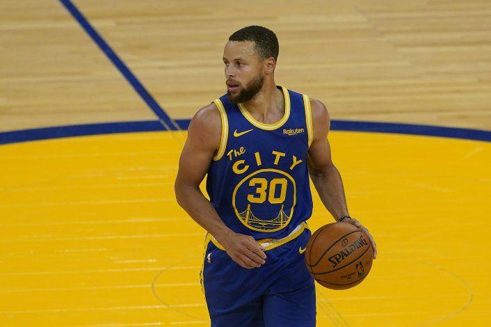 Warriors vencen a Jazz 119-116 con un triple tardío de Curry