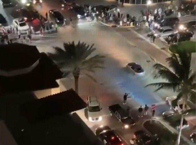 Conductores realizan peligrosas maniobras en una concurrida avenida de Miami Beach