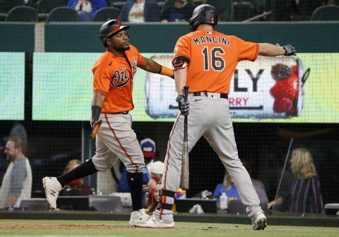 Orioles atacan al bullpen y doblegan a Rangers