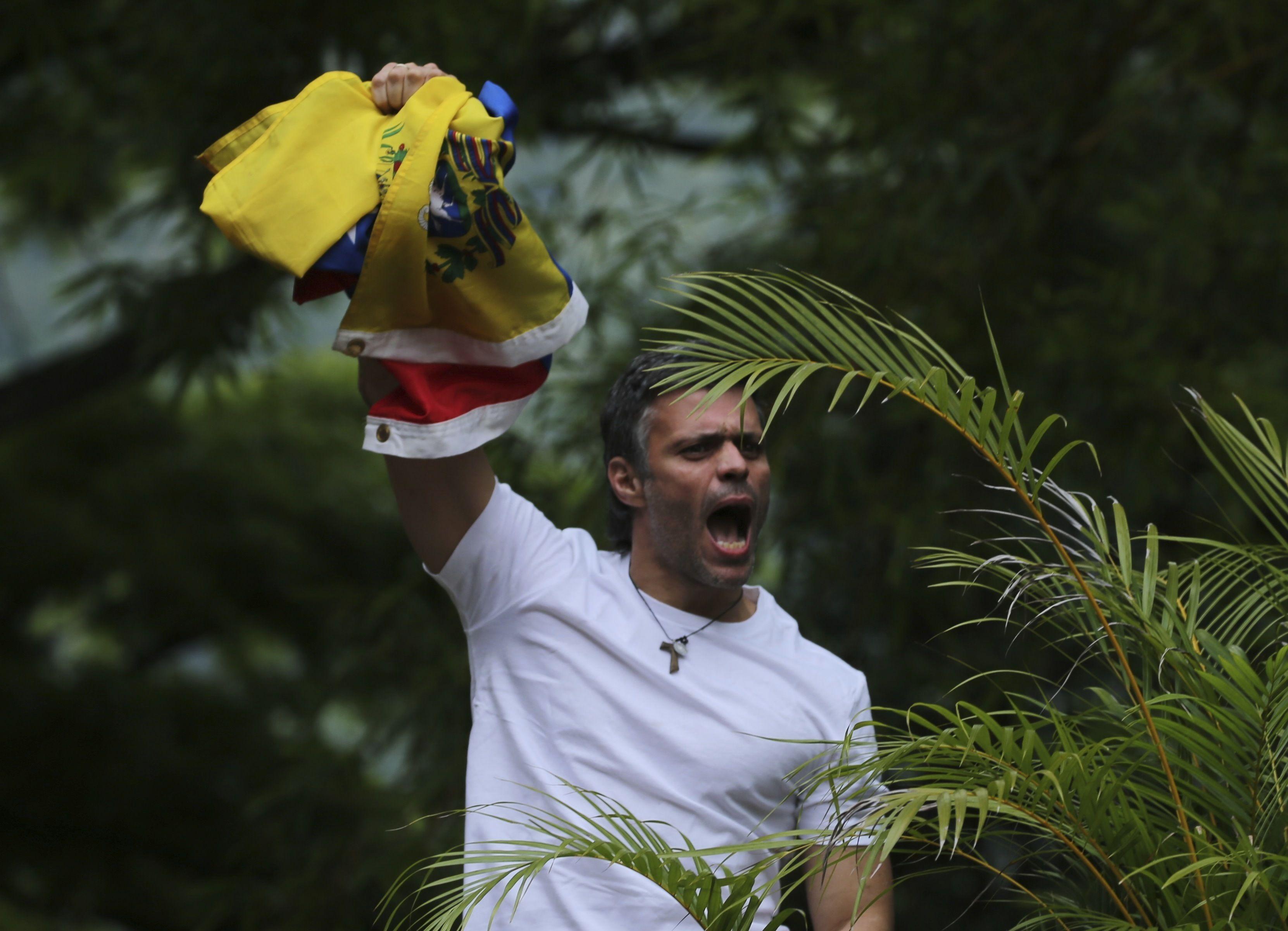 Leopoldo López es trasladado a su casa y seguirá bajo arresto domiciliario