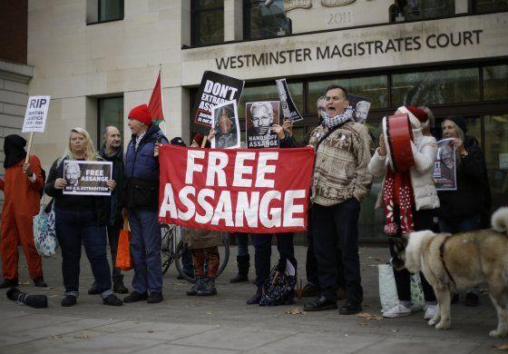 Pareja de Julian Assange pide a Trump que lo indulte