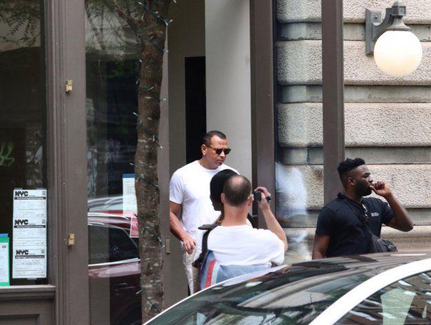 Alex Rodriguez fue visto abandonando el edificio de Nueva York donde vive Katie Holmes.