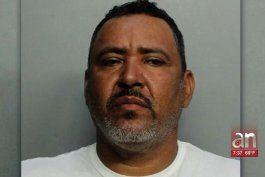 arrestado por quemar y golpear con un martillo a su esposa en allapattah