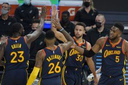 curry y los warriors ganan a los spurs 121-99