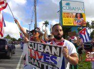 cientos de cubanos protestan frente a las instalaciones de cubamax en hialeah