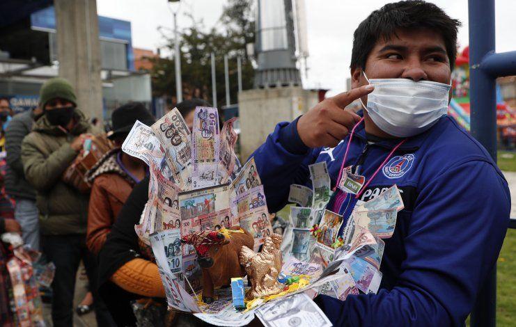 Bolivianos piden salud en feria de Alasita ante la pandemia