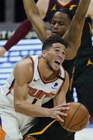 Booker anota 31; Suns vencen a Cavs en prórroga