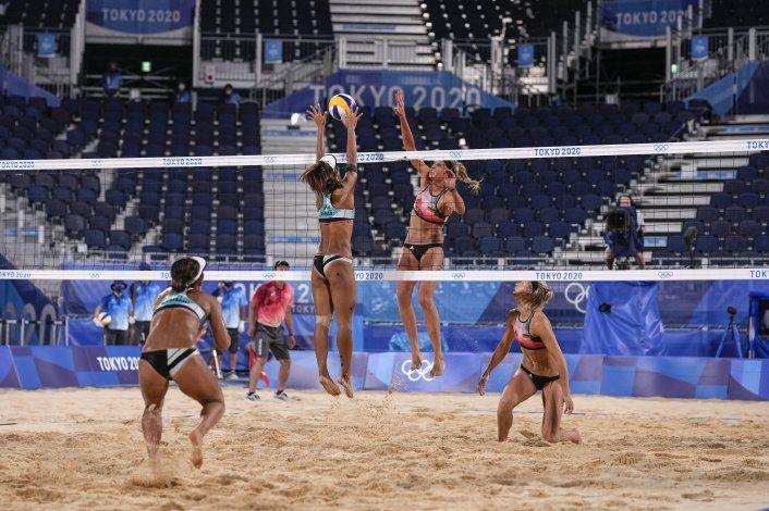 No hay quejas: Jugadoras de vóley de playa prefieren bikinis