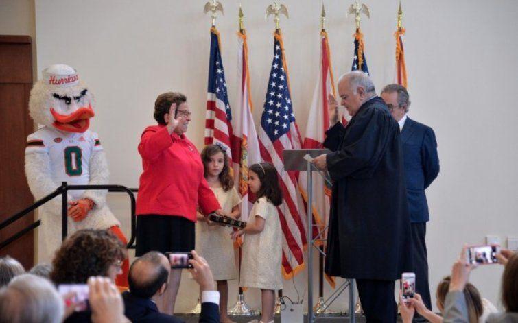 Donna Shalala se juramenta como representante federal en el distrito 27 de Florida