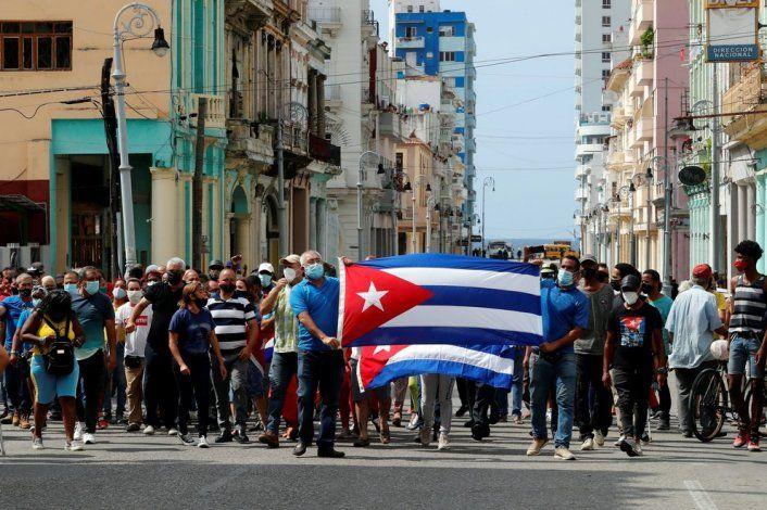 Un grupo de personas fue registrado el pasado domingo, al protestar frente al capitolio cubano, en La Habana (Cuba). EFE/Ernesto Mastrascusa