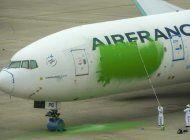 greenpeace pinta avion de pasajeros en aeropuerto de paris