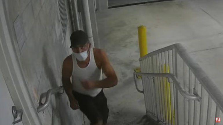 Policía busca a hombre que robo artículos de auto patrullero de la ciudad de Miami