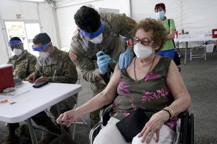 Florida: Polémica por vacunas COVID a personas adineradas
