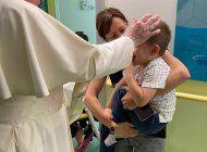 papa visita a ninos con cancer en hospital donde fue operado
