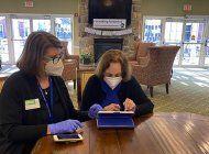 ancianos aprenden a hacer compras en linea, por pandemia