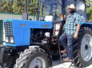 un campesino cubano agradece a la revolucion por comprar un tractor .. en 27.000 dolares
