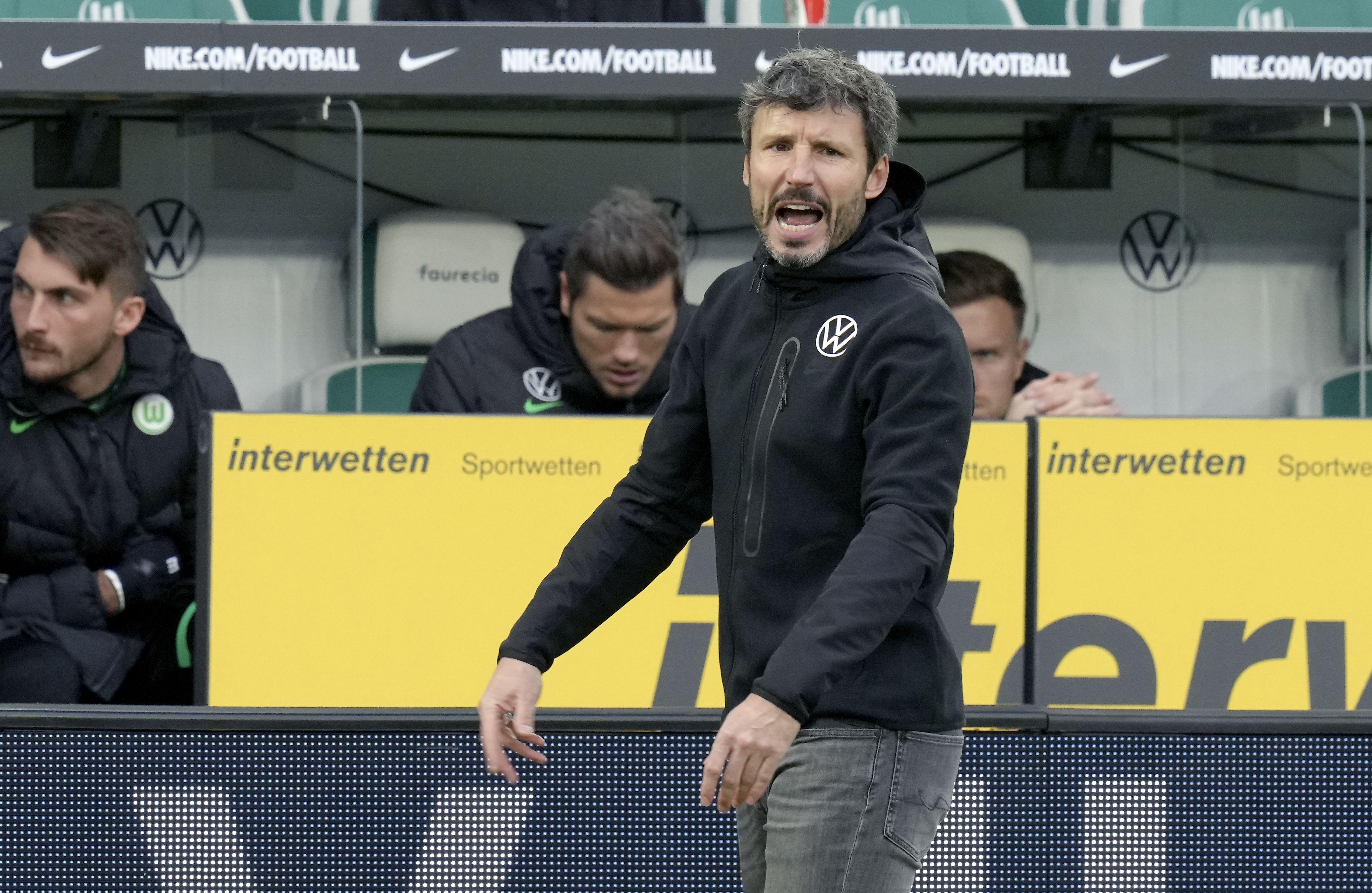 Wolfsburgo despide al DT van Bommel tras apenas 13 partidos