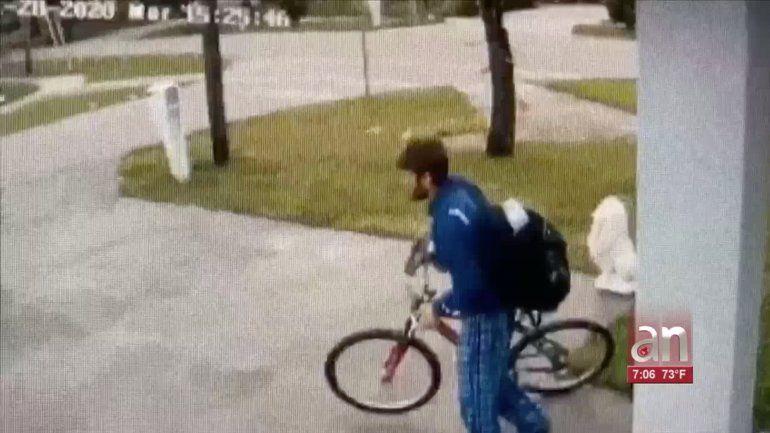 Más de 500 dólares en mercancía se robó un ladrón de paquetes de la entrada de una residencia en Miami