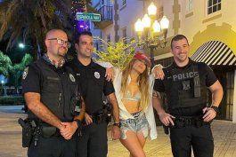 jennifer lopez se toma el tiempo para tomarse una foto con la policia mientras filma el ultimo video musical en miami beach