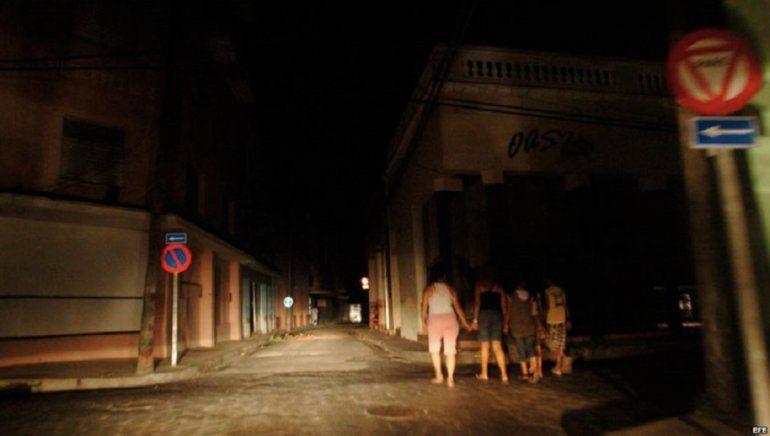 Ministro reconoce fallos en 3 termoeléctricas mientras cubanos recurren a la etiqueta #reportoapagón