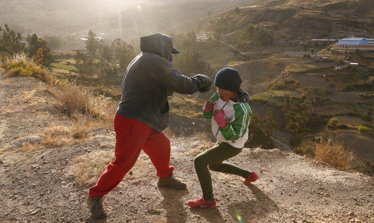 Bolivia: niña boxeadora desafía al COVID en pos de su sueño