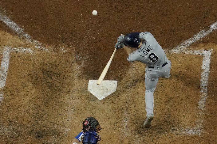 Lowe pega 2 HRs y Rays vence a Dodgers para igualar la serie