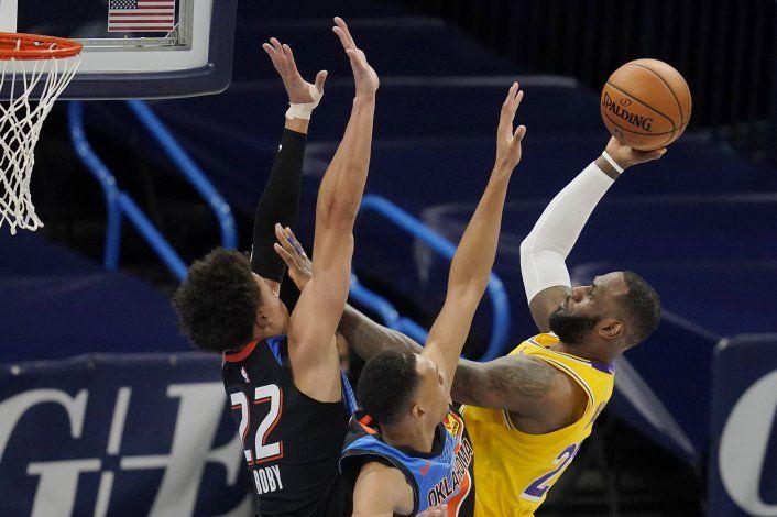 Lakers arrolla all Thunder con 26 puntos de James