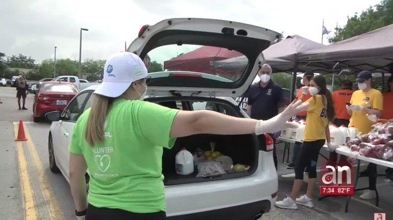 Cientos de residentes recibieron cajas de comidas gratis en la ciudad de Miami Lakes