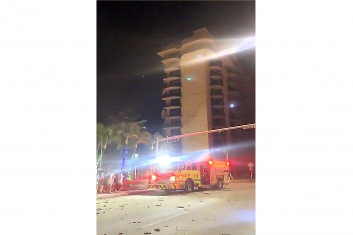 Bomberos acuden al derrumbe parcial de un edificio en Miami