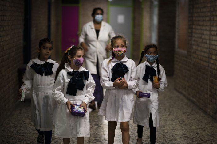Uruguay comienza vacunación con Sinovac