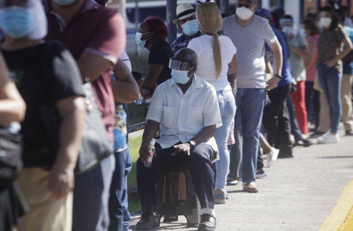 Panamá inicia vacunación de adultos mayores de 60 años