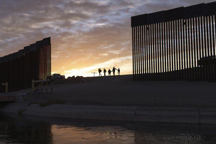 Biden regersará fondos desviados para muro fronterizo