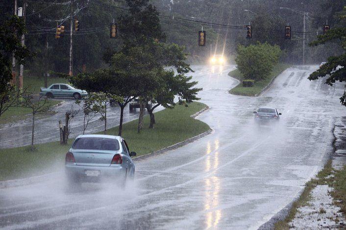 Aguaceros asociados a una onda tropical afectan a varios sectores del sur y este de la isla