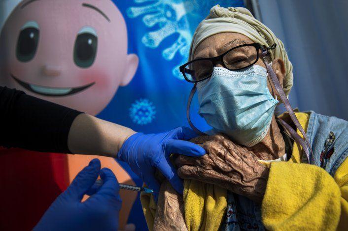 Israel ofrece 3ra vacuna de refuerzo a personas mayores