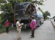 india: 18 muertos y 24 heridos al chocar camion con autobus