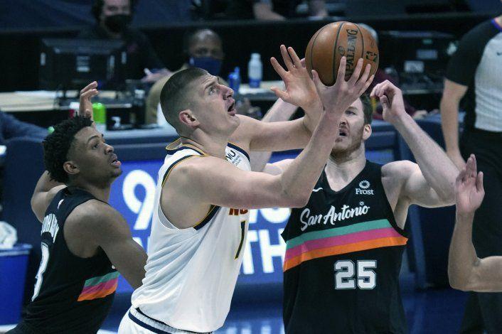 Jokic aporta 25 unidades a victoria de Nuggets sobre Spurs