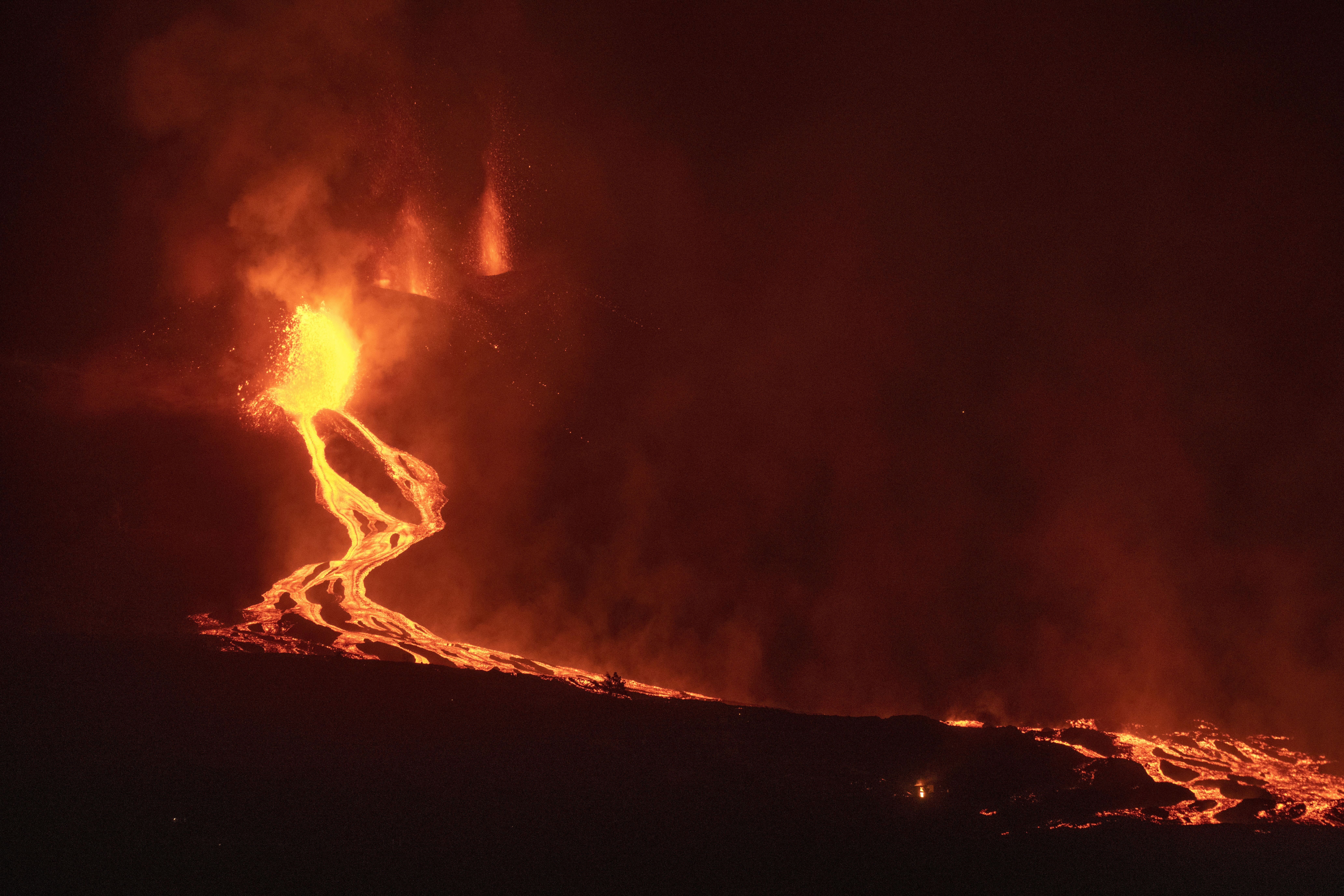 Lava de volcán español acelera su avance hacia el Atlántico