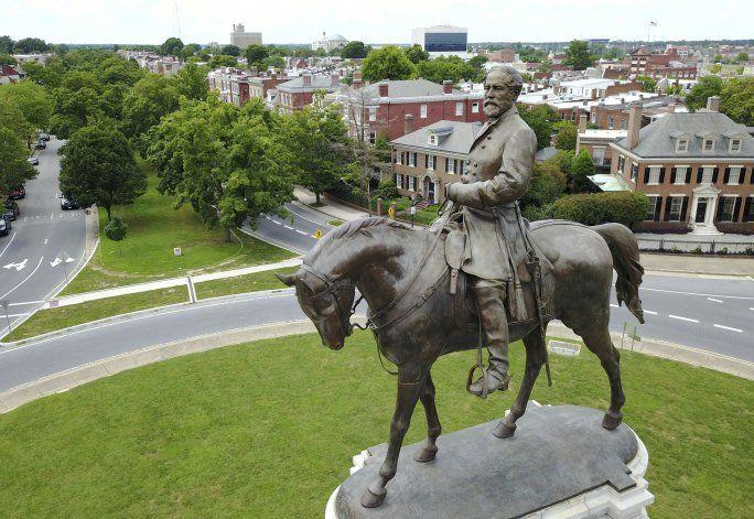 Sospechan que hay cápsula histórica bajo estatua en Virginia