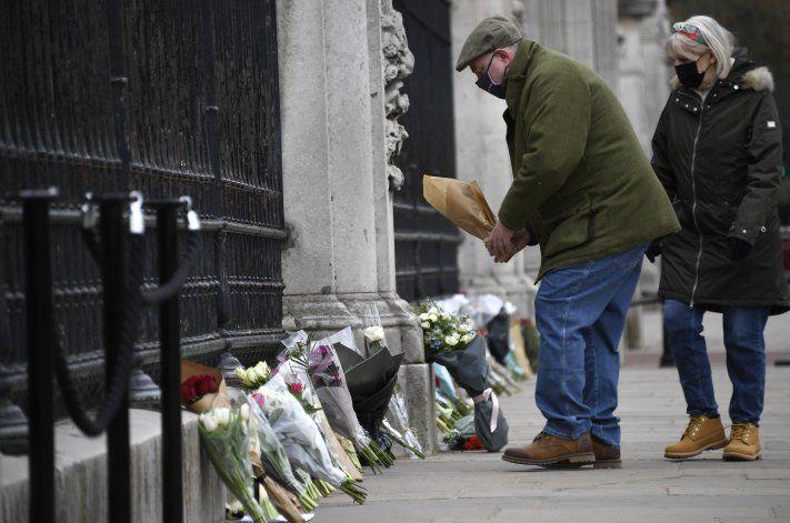 Inglaterra recuerda al príncipe Felipe con salvas y flores
