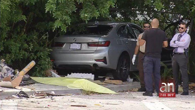 Acribillan a balazos a un auto BMW en Miami causando la muerte de dos personas
