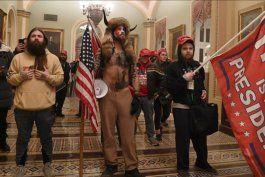 quien es jake angeli, el joven disfrazado de guerrero sioux que irrumpio en el capitolio con los partidarios de trump