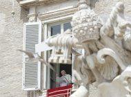 el papa francisco reaparece en publico, dando bendicion