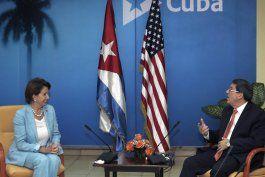 La líder de la minoría demócrata de la Cámara de Representantes de  Estados Unidos, Nancy Pelosi, izquierda, habla con el canciller cubano  Bruno Rodríguez en el ministerio de Relaciones Exteriores en La Habana,  Cuba.