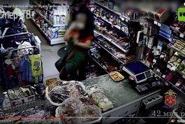 un ladron pone una navaja en el cuello a una tendera rusa y esta lo tumba de inmediato